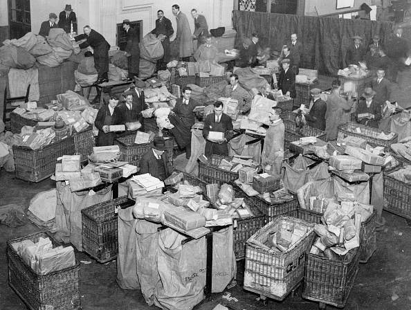 Post - Structure「Auxillery postmen at work during Christmas time, Sorting Christmas parcels, London, Photograph, 1930」:写真・画像(8)[壁紙.com]
