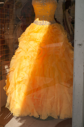 Yellow Dress「Frilly prom dress in shop window」:スマホ壁紙(9)