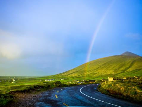 虹「A rainbow stretches over an Irish landscape」:スマホ壁紙(1)