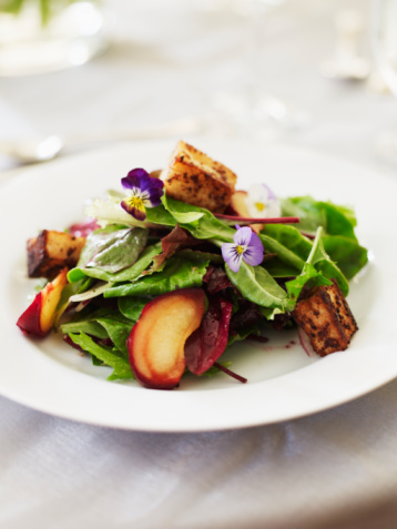 Vinaigrette Dressing「Spring greens with nectarines,onions,croutons and edible viola flowers」:スマホ壁紙(14)