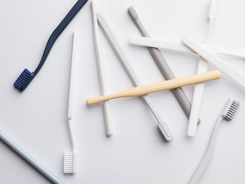黄色「Selection of different colour plastic toothbrushes」:スマホ壁紙(19)