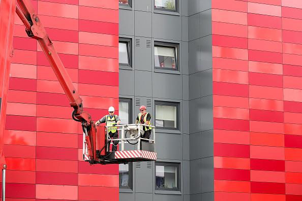 Removing「60 Tower Blocks Across England Fail Cladding Fire Tests」:写真・画像(15)[壁紙.com]