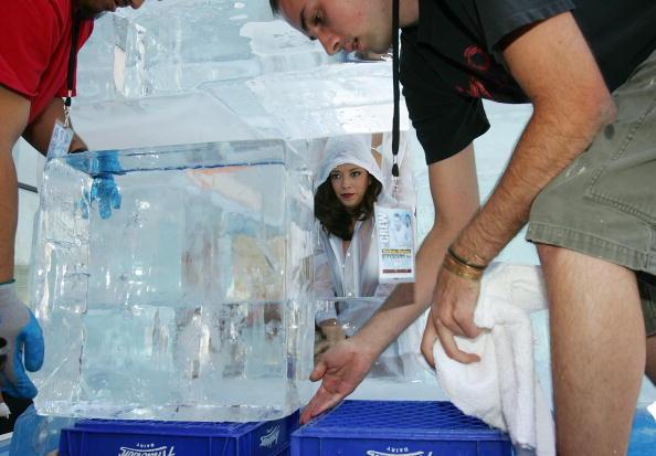 Ice Sculpture「Las Vegas Magician Nathan Burton Encases Himself In Ice」:写真・画像(0)[壁紙.com]