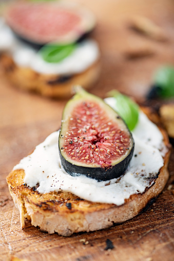 Delicatessen「Fresh figs with ricotta cheese and fresh basil.」:スマホ壁紙(18)