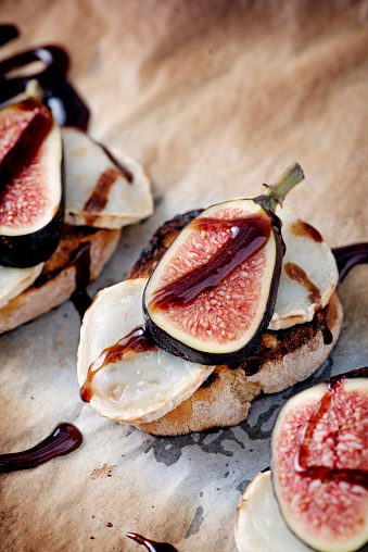 Denmark「Fresh figs with melted goats cheese and balsamic vinegar on toasted bread.」:スマホ壁紙(4)