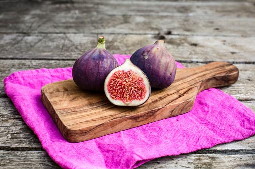 Fig「Fresh figs, chopping board」:スマホ壁紙(14)