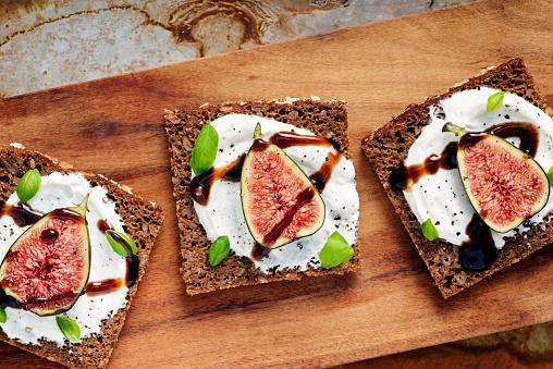 Delicatessen「Fresh figs, ricotta cheese, fresh basil on rye bread with balsamic vinegar overhead view.」:スマホ壁紙(1)