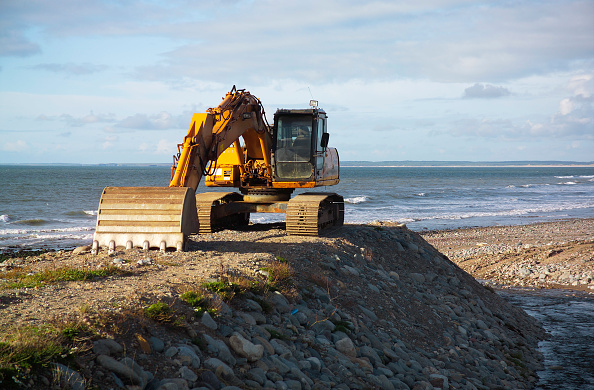 Construction Equipment「Digger on the beach at Aberdesach, North West Wales.」:写真・画像(7)[壁紙.com]