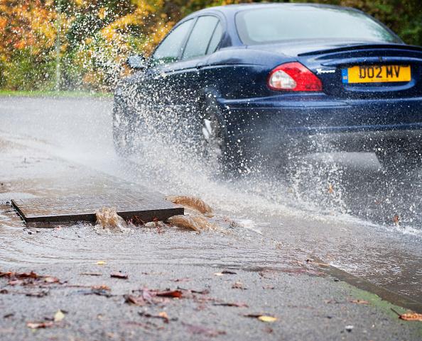 Torrential Rain「Burst water main flooding road, UK」:写真・画像(4)[壁紙.com]