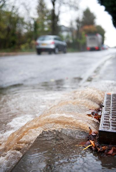 Environmental Conservation「Burst water main flooding road, UK」:写真・画像(12)[壁紙.com]