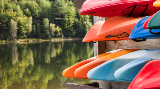 Stowe - Vermont「a rack of kayaks next to a northern lake」:スマホ壁紙(19)