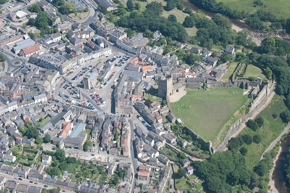 Physical Geography「The Market Place And The Standing Remains Of Richmond Castle」:写真・画像(14)[壁紙.com]
