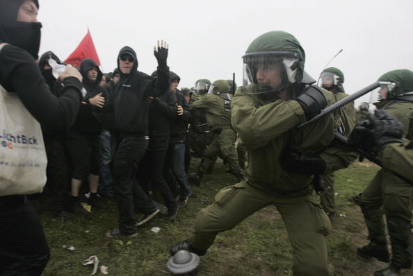 G8「Riots Erupt During G8 Opponents Opening Demonstration」:写真・画像(14)[壁紙.com]