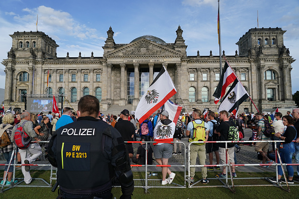 Berlin「Coronavirus Skeptics And Right-Wing Extremists Protest In Berlin」:写真・画像(17)[壁紙.com]