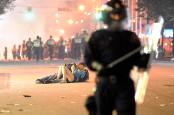 Kissing「Riot Breaks Out After Game In Vancouver」:写真・画像(3)[壁紙.com]