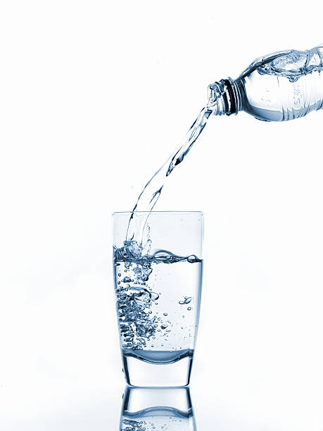 Pouring glass of water:スマホ壁紙(壁紙.com)
