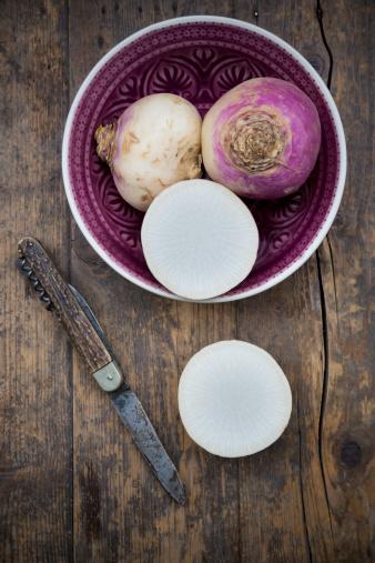 Turnip「May turnip (Brassica rapa ssp. rapa var. majalis) in a bowl and on wooden table」:スマホ壁紙(19)