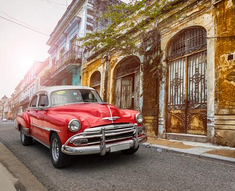 Cuban Culture「Vintage classic american oldtimer car in old town of Havana Cuba」:スマホ壁紙(19)