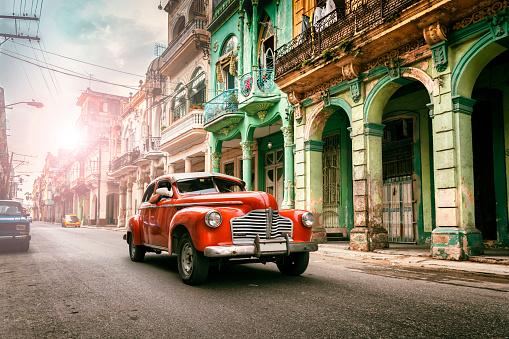 Cuban Culture「Vintage classic american oldtimer car in old town of Havana Cuba」:スマホ壁紙(10)