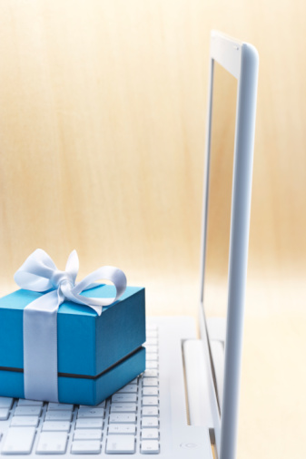 Gift「Gift box on laptop, side view, close-up」:スマホ壁紙(12)