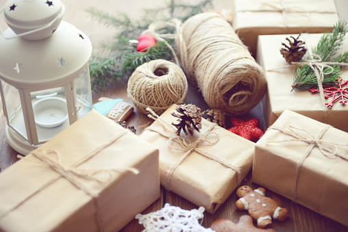 Homemade「gift box on a wooden background」:スマホ壁紙(8)