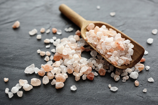 Crystal「Himalayan salt, Coarse salt on wooden spoon」:スマホ壁紙(18)