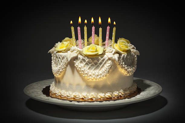 Happy Birthday Cake with White Frosting and lit Candles Hz:スマホ壁紙(壁紙.com)