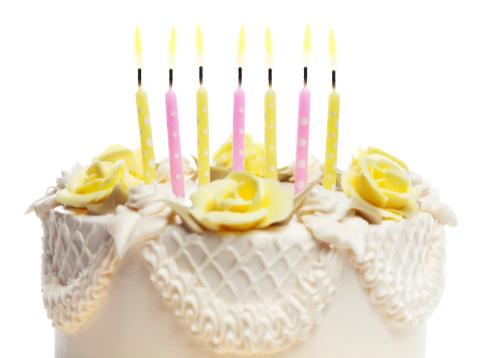 記念日「ハッピーバースデーツーユーケーキ、キャンドルを白背景」:スマホ壁紙(12)