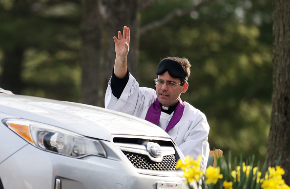 Six Feet「Priest In Maryland Offers Drive Thru Confession As Communities Across Country Encouraged To Practice Social Distancing To Stop Spread Of Coronavirus」:写真・画像(7)[壁紙.com]