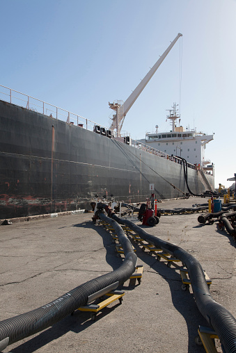 Hose「Oil tanker ship docked in industrial harbor」:スマホ壁紙(17)
