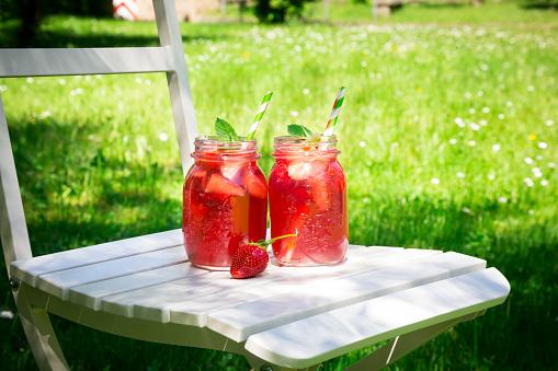 ソーダ「Two glasses of homemade strawberry lemonade」:スマホ壁紙(3)