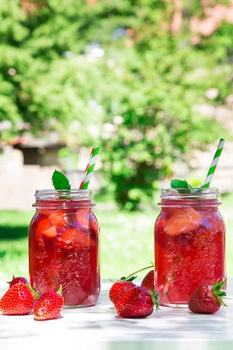 ソーダ「Two glasses of homemade strawberry lemonade」:スマホ壁紙(1)