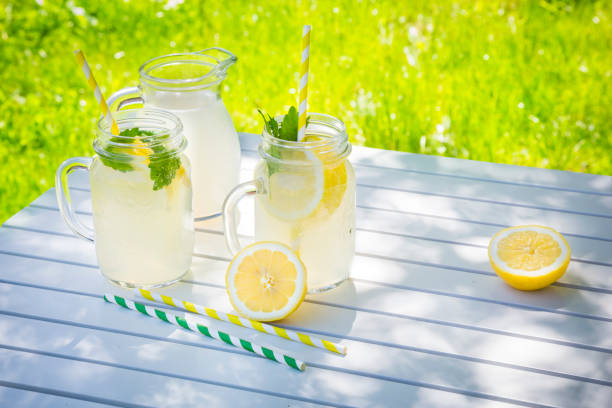 Two glasses of cooled lemonade flavoured with lemon balm:スマホ壁紙(壁紙.com)