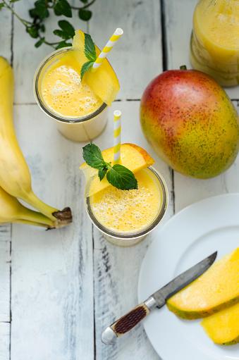 Garnish「Two glasses of mango banana smoothie」:スマホ壁紙(9)