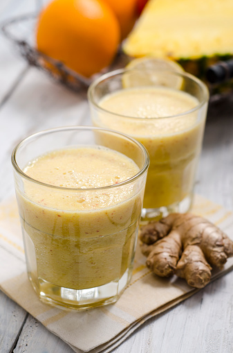 Ginger - Spice「Two glasses of apple pineapple smoothie and ginger root on cloth」:スマホ壁紙(9)