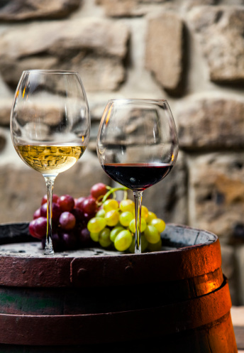 Grape「Two glasses of red and white wine in the cellar」:スマホ壁紙(4)