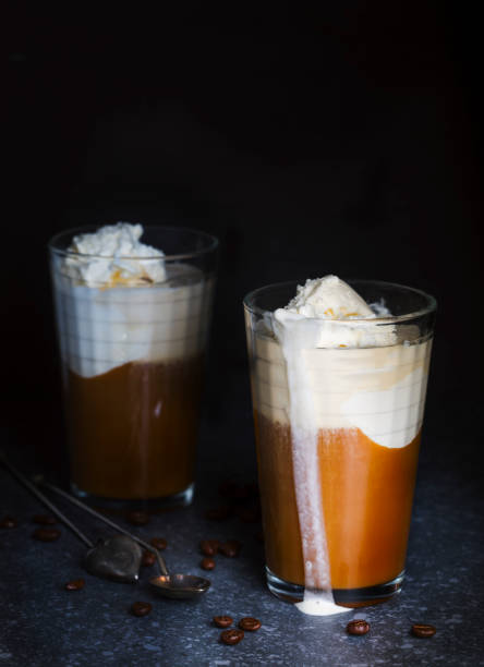 Two glasses with iced coffee:スマホ壁紙(壁紙.com)
