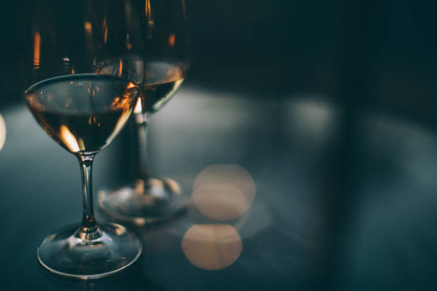 Two glasses of white wine on a table:スマホ壁紙(壁紙.com)