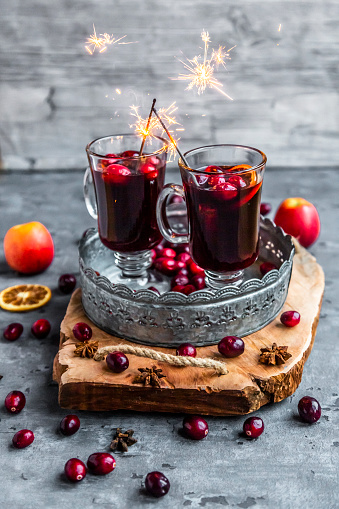 Star Anise「Two glasses of Mulled Wine with cranberries, orange slices and star anise with sparklers」:スマホ壁紙(9)