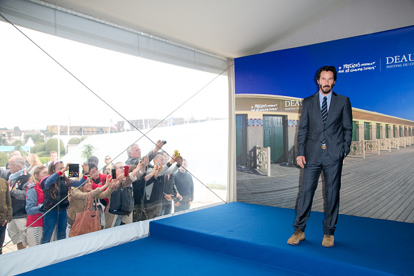 Large Group Of People「'Knock Knock' Photocall - 41st Deauville American Film Festival」:写真・画像(9)[壁紙.com]