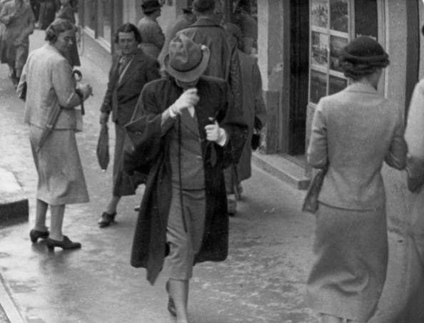 Hiding「Marlene Dietrich does not want to be photographed. Salzburg. Photograph 1937」:写真・画像(16)[壁紙.com]