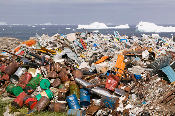 ヤコブスハブン氷河「Rubbish dumped on the tundra outside Illulissat in Greenland with icebergs behind from the Sermeq Kujullaq or Illulissat Ice fjord. The Illulissat ice fjord is a Unesco world heritage site」:写真・画像(2)[壁紙.com]