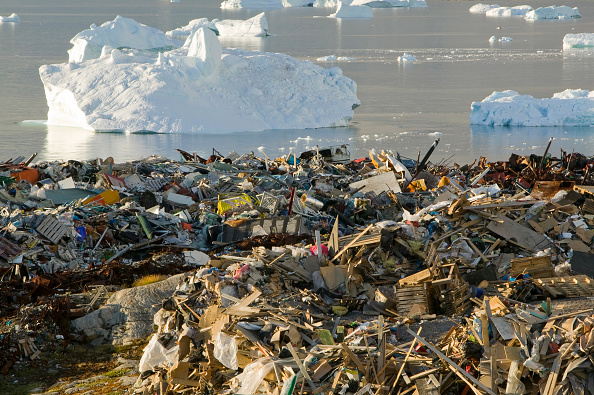 ヤコブスハブン氷河「Rubbish dumped on the tundra outside Illulissat in Greenland with icebergs behind from the Sermeq Kujullaq or Illulissat Ice fjord. The Illulissat ice fjord is a Unesco world heritage site」:写真・画像(6)[壁紙.com]