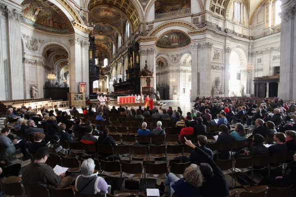 Religious Mass「St Paul's Cathedral Reopens For Services Alongside The Encampment Of Protestors From Occupy London」:写真・画像(3)[壁紙.com]