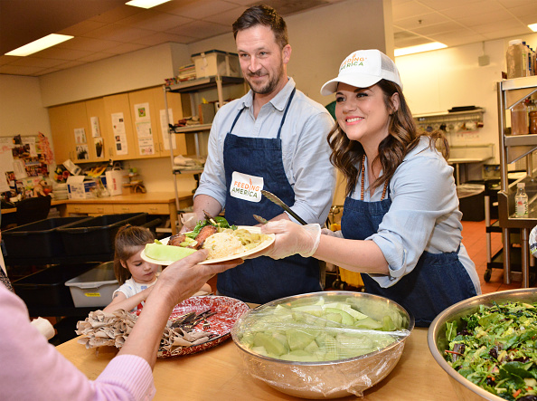 Volunteer「Feeding America's Pledge To Volunteer Event At Downtown Women's Center」:写真・画像(13)[壁紙.com]
