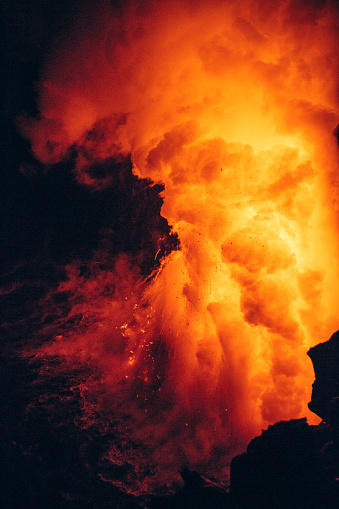 UNESCO World Heritage Site「Close-up Lava flowing from a lava tube into Pacific ocean, Hawaii, America, USA」:スマホ壁紙(6)