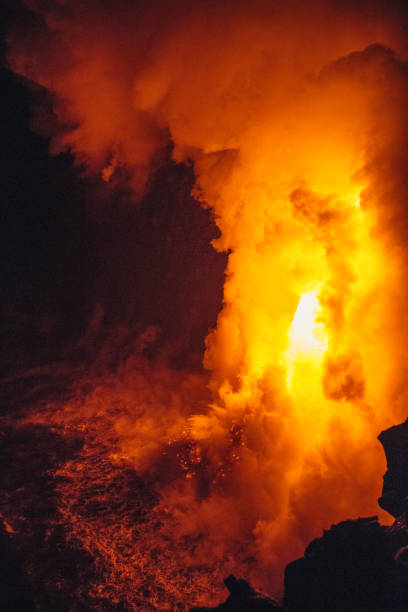 Close-up Lava flowing from a lava tube into Pacific ocean, Hawaii, America, USA:スマホ壁紙(壁紙.com)