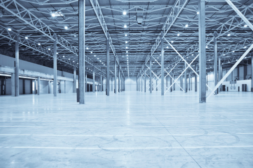 Factory「Vast empty warehouse with white floors and silver beams」:スマホ壁紙(10)