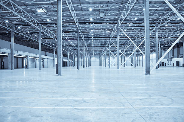 Vast empty warehouse with white floors and silver beams:スマホ壁紙(壁紙.com)