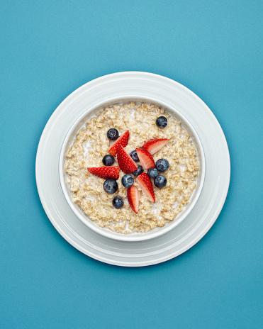 Breakfast「Studio photograph of porridge with raspberries and blueberries」:スマホ壁紙(17)